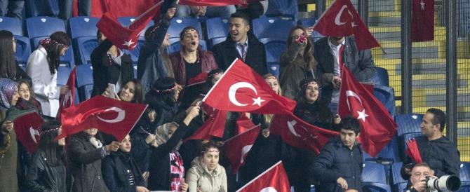Vergogna a Istanbul, i tifosi turchi fischiano i morti di Parigi (VIDEO)
