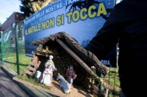 Natale: davanti scuola Rozzano bandiere Fdi e Liga Veneto
