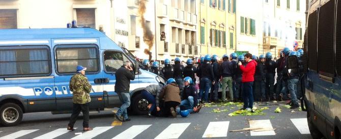 Guerriglia a Pisa, ferito un poliziotto da una bomba carta degli antagonisti