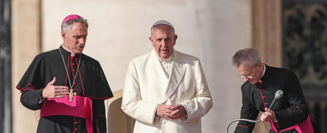 Il Papa: «Anche nella Chiesa è forte la tentazione della corruzione»