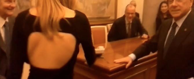Silvio Berlusconi e la ragazza spilungona: venga, si sieda qui (video)