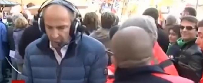 Bologna, passa la barella: giornalista spostato di peso dagli infermieri (video)