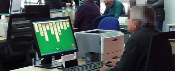 Comunale gioca al computer mentre fuori c'è la fila. E la foto finisce su Fb