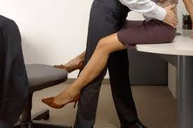 Incontri hard durante l'orario di lavoro: l'ex amante lo fa licenziare