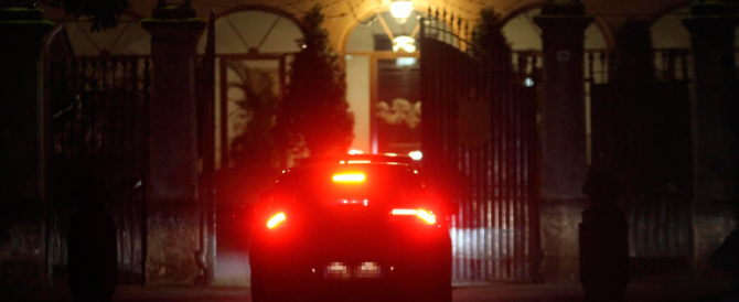 Piace a tutti andare ad Arcore a cena con Berlusconi. Ad amici e nemici