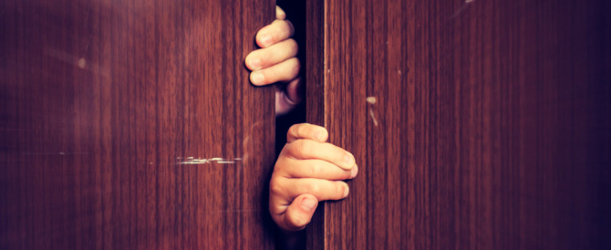 Evade dai domiciliari: la polizia lo trova nascosto nell'armadio