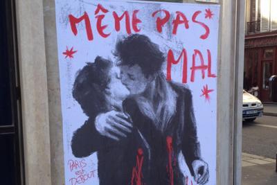 Il bacio di Doisneau, con i protagonisti sanguinanti, sfida i terroristi