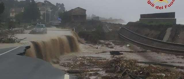 Calabria devastata dal maltempo: spazzato via un tratto della linea ferroviaria