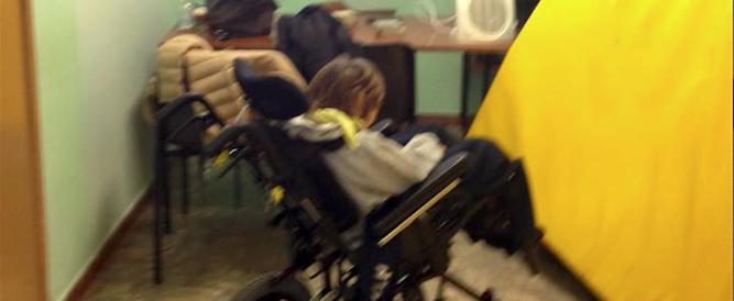 Foto choc in una scuola romana: bimbo disabile parcheggiato in uno stanzino
