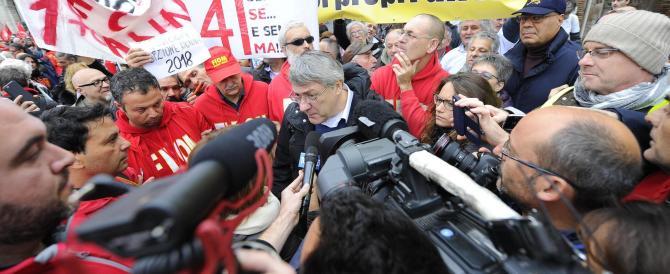 Roma, metalmeccanici forzano i varchi di bus e metro: non paghiamo