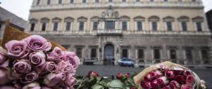 L'omaggio degli italiani: fiori e candele accese per le vittime di Parigi