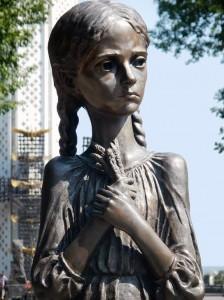 La statua di una bambina con la spiga che introduce al monumento dell'Holodomor