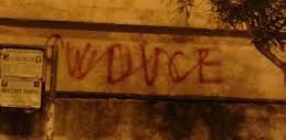 """Contro il terrorismo i centri sociali cancellano le scritte """"Viva il duce"""""""