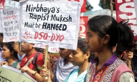 India violenta, un'infermiera di 19 anni stuprata dal conducente dell'autobus