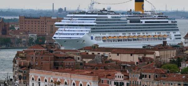 La svolta di Brugnaro: «Grandi navi a Venezia? Sì, ma devono pagare»