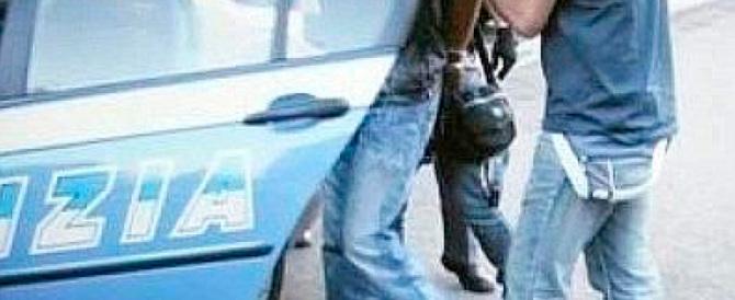 Un nigeriano aggredisce i poliziotti dopo aver terrorizzato due ragazze