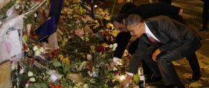 Clima, Obama rende omaggio al Bataclan: una rosa bianca per le vittime