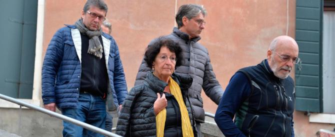 Parigi, all'obitorio i familiari straziati in fila per riconoscere le vittime