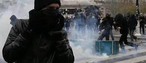 Choc a Parigi, no-global e teppisti di sinistra profanano le vittime: 317 fermi