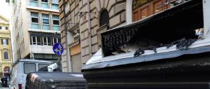 """Guerra della """"monnezza"""" tra Pd e M5S: volano insulti (e sacchetti) a Livorno"""