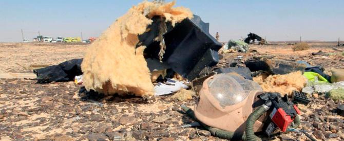 Il Cairo alla fine è costretto ad ammetterlo: «L'aereo è esploso in volo»