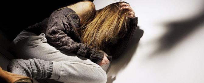 Ferma ventenne italiana e la stupra in cortile: fermato honduregno
