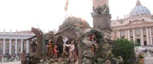Il Vaticano porta in anticipo l'albero di Natale e il presepe in piazza San Pietro
