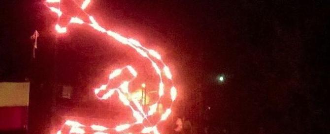 """Spuntano le luminarie di Natale con falce e martello: """"Gesù era comunista"""""""