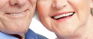 «Dentiere gratis agli anziani». Il Pd ironizzava, ora copia la proposta di Berlusconi