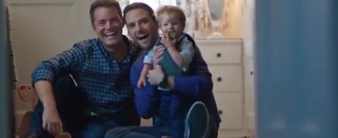Negli auguri Disney c'è anche la famiglia gay. Proteste: via quello spot