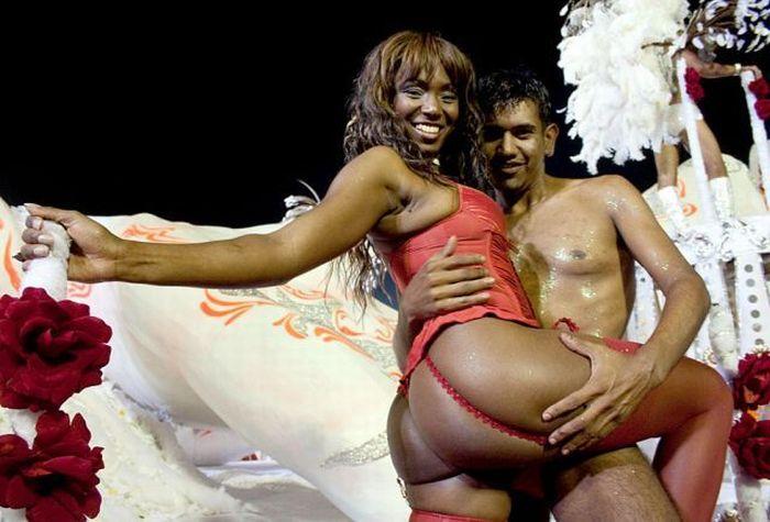 L'ultima trasgressione al Carnevale di Rio: la cabina per gli scambi di coppia