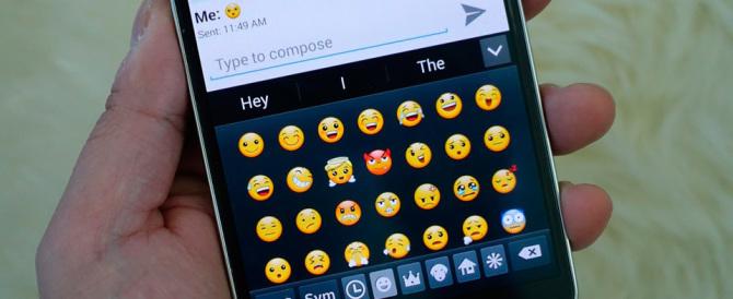 """La nostra lingua declinata a sms e social: nasce il """"cyber-italiano"""""""