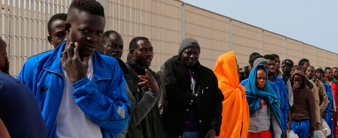 Migranti, FdI: «Va rimandato a casa chi non lascia le impronte digitali»