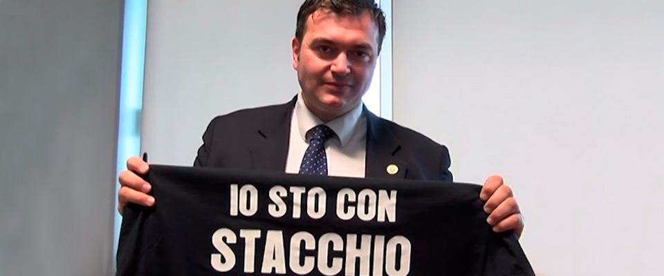 Sindaco espone cartelli contro i ladri: «Non esiteremo a spararvi». Indagato