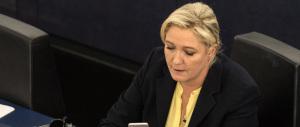 Paragonano il Fn all'Isis. La Le Pen diventa una furia e gliela fa pagare