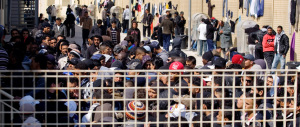 Migranti, la Ue sferza il governo Renzi: «Raccolta impronte anche con la forza»