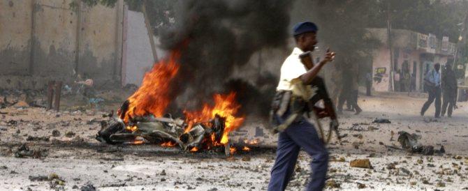 Mogadiscio, autobomba nell'hotel dei politici: 10 morti. C'è la mano di al-Qaeda