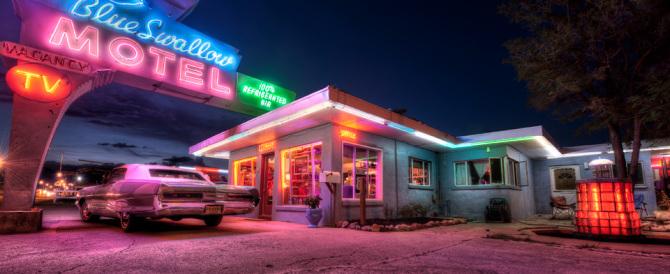 """I motel compiono 90 anni: un mito moderno metà locanda, metà """"alcova"""""""