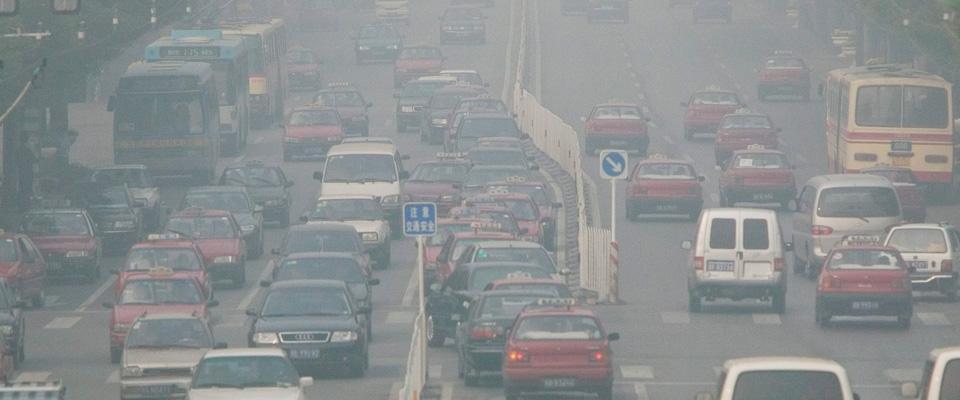 Smog, blocco totale delle auto a Milano. Fratelli d'Italia: «Puniti i cittadini»
