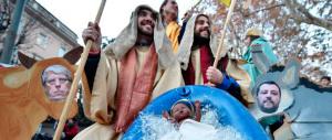 C'è pure il presepe gay: due San Giuseppe, i Re Magi e i preservativi