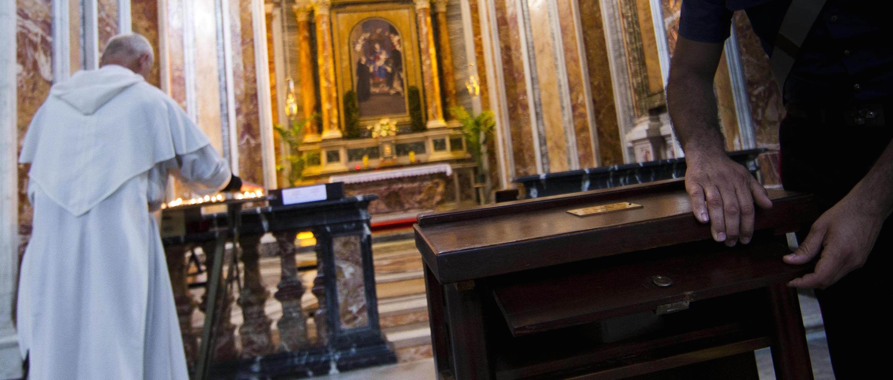 Cuneo, raid vandalico in chiesa: non trovano soldi e devastano l'altare