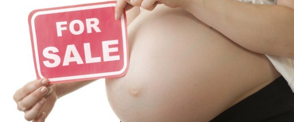 La vergogna dell'utero in affitto: ogni anno 100 bambini comprati in Italia