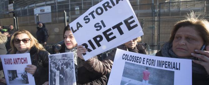 Roma, i venditori di souvenir bloccano per protesta l'entrata del Colosseo
