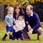 Il principe William e sua moglie Kate Middleton hanno twittato sul profile di Kensington Palace una foto della famiglia al completo con gli auguri di Buon Natale