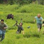 Una troupe che fugge da un orso? Si tratta di due diverse foto sovrapposte e ad ammetterlo è stato il cameraman coi capelli rossi.. (Foto Twitter)
