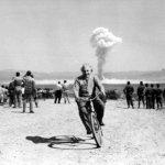Albert Einstein che fugge in bicicletta dal fungo atomico? E' un falso. La foto dello scienziato è stata presa dentro a un cortile. (Foto Twitter)