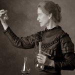 Marie Curie con le sue ampolle? Macchè, è una scena di un recentissimo film a lei dedicato. (Foto Twitter)