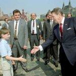 Qui la bufala è di contenuto. Molti sui social sostengono che quello a sinistra, a due passi da Reagan, in visita a Mosca, fosse Vladimir Putin. Ma l'attuale presidente russo si trovava in Germania.. (Foto Twitter)