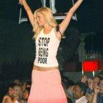 Paris Hilton è strana, ma non ha mai portato questa maglietta, con la quale deriderebbe i poveri. (Foto Twitter)