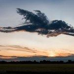 Un drago nel cielo? Sembra, ma si tratta di nuvole fotoritoccate.. (Foto Twitter)